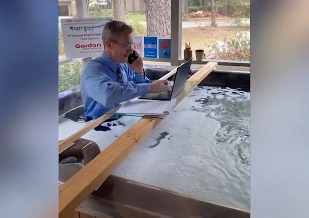 رجل يدير اجتماعه بربطة عنق من حوض الاستحمام