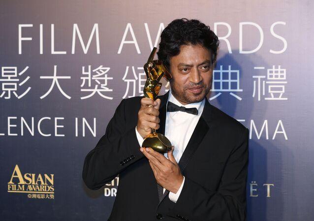 الممثل الهندي إرفان خان يحتفل بعد فوزه بجائزة أفضل ممثل عن فيلمه The Lunchbox من جوائز الفيلم الآسيوي