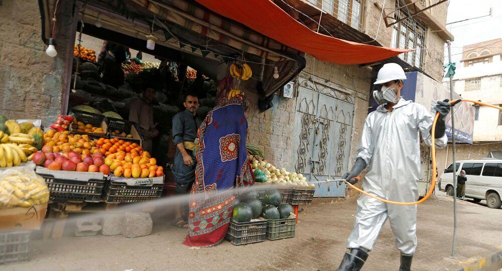 تعقيم الشوارع في صنعاء لمنع انتشار فيروس كورونا، اليمن 28 أبريل 2020
