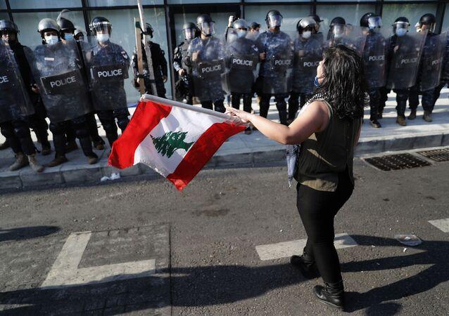 الشرطة اللبنانية تنزل إلى الشوراع خلال احتجاجات مناهضة للحكومة للبنانية وأعمال شغب في مدينة طرابلس، لبنان 28 أبريل 2020