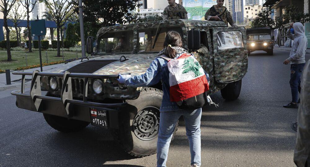 الجيش اللبناني ينزل إلى الشوراع خلال احتجاجات مناهضة للحكومة للبنانية وأعمال شغب في مدينة طرابلس، لبنان 28 أبريل 2020