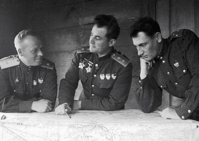 الجنرال إيفان تشيرنياخوفسكي في المنتصف