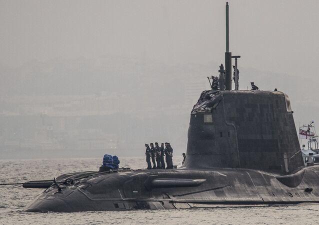 وصول غواصة البحرية الملكية البريطانية أتش أم إس أمبوش إلى القاعدة البحرية في جبل طارق