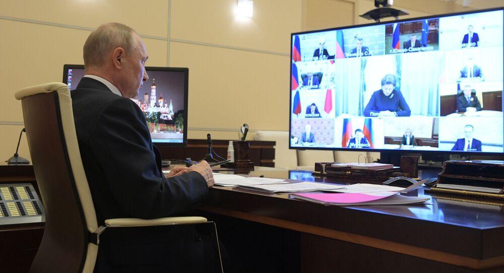 الرئيس الروسي فلاديمير بوتين خلال اجتماع حول فيروس كورونا