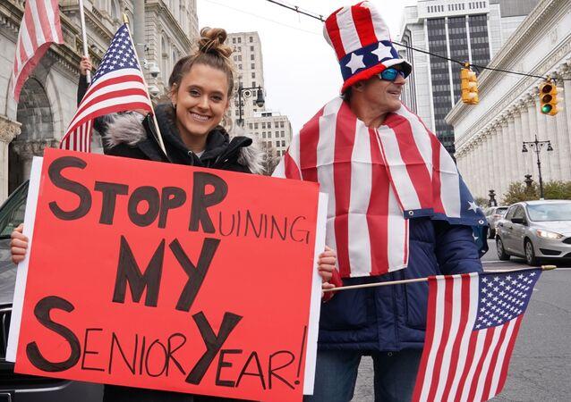 متظاهرون يطالبون بإلغاء الحجر الصحي في الولايات المتحدة الأمريكية في أحد شوارع  حي ألباني 22 أبريل 2020