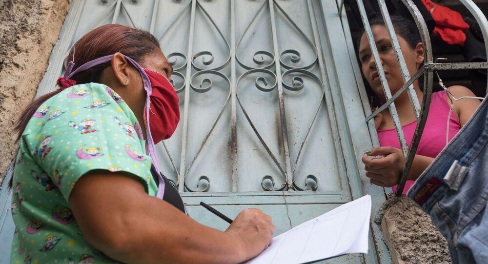 موظفة من القطاع الصحي خلال جولة تفقدية على الأحياء السكنية في كاراكاس، للتعرف على حالات الإصابة بالفيروس التاجي كورونا، فنزويلا 22 أبريل 2020