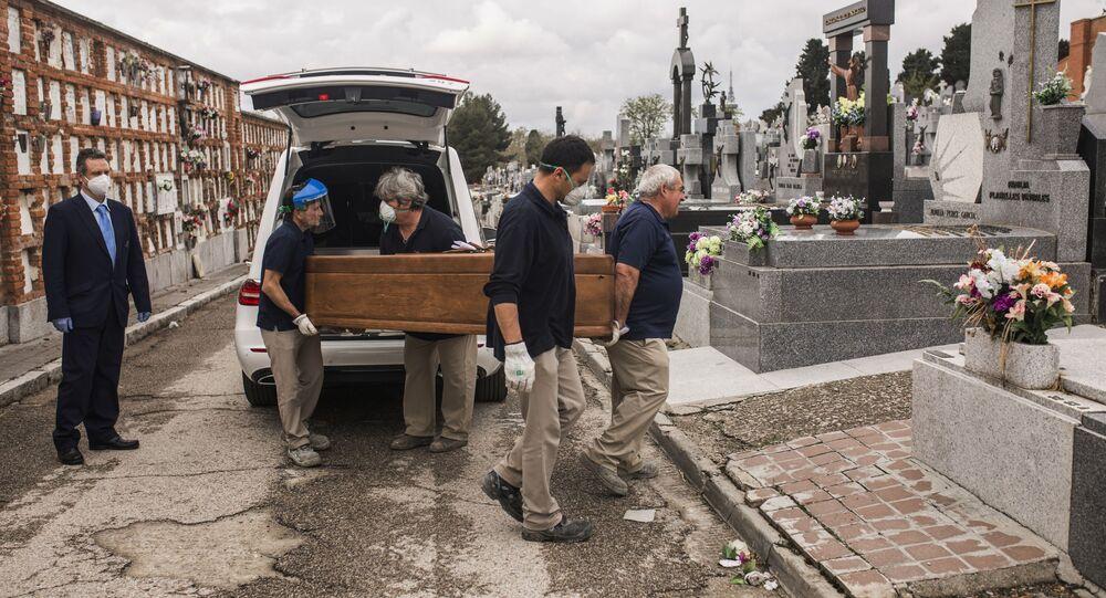 حمل توابيت ضحايا كورونا في مقبرة المودينا في مدريد، إسبانيا 7 أبريل 2020