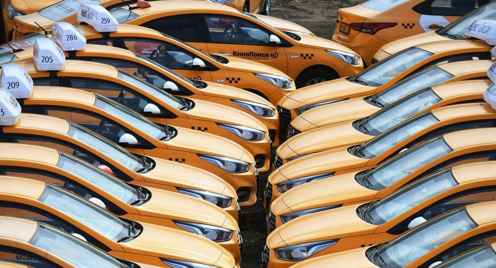 سيارات أجرة لشركة Yandex.Taxi  في موقف للسيارات في موسكو، بعد إدخال اجراءات صارمة للنقل والتحرك على خلفية انتشار كورونا في البلاد