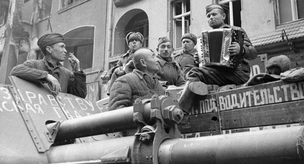 صور من أرشيف الحرب الوطنية العظمى (1941 - 1945) - الجنود السوفيت يسمعون إلى الأكورديون في شوارع برلين، 4 مايو/ أيار 1945