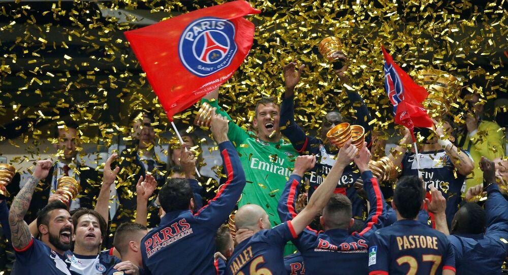 لاعبو باريس سان جيرمان يحتفلون بكأسهم بعد الفوز على أولمبيك ليون 2-1 في نهائي كأس الدوري الفرنسي