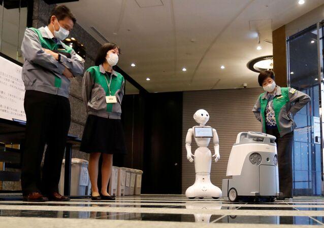 رجل آلي لتحية مرضى كورونا في اليابان