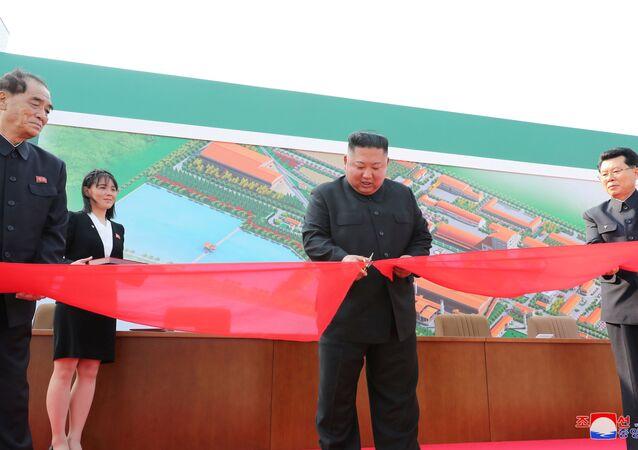 زعيم كوريا الشمالية كيم جونغ أون يحضر حفل الانتهاء من تشييد مصنع للأسمدة شمالي بيونغ يانغ