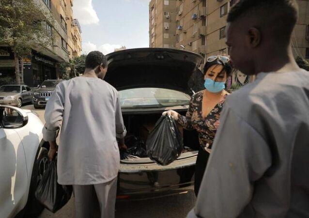 ليبيات يساعدن مئات الأسر العالقة بالقاهرة