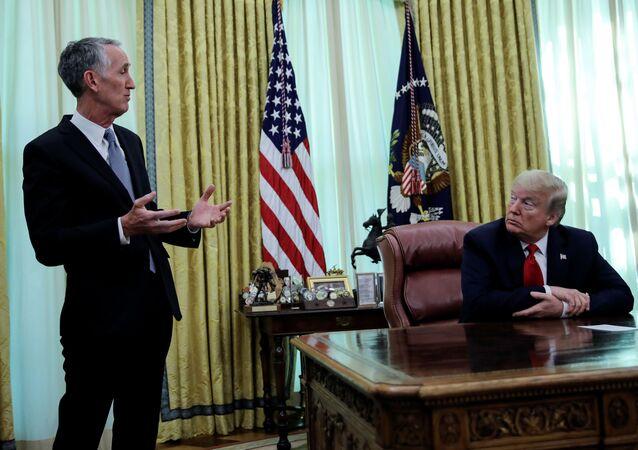 الرئيس التنفيذي لشركة غيلياد ساينسز دانيال أوداي مع الرئيس الأمريكي دونالد ترامب