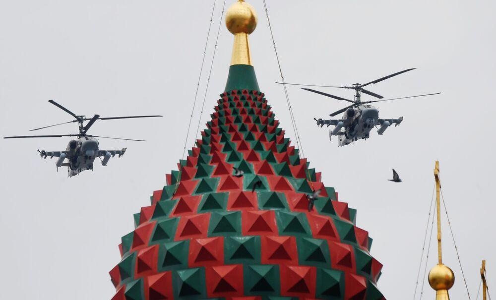 مروحيات كا-52إم (أليغاتور)، خلال بروفة الجزء الجوي من العرض العسكري ي في موسكو، بمناسبة إحياء الذكرى الـ75 لعيد النصر على ألمانيا النازية في الحرب الوطنية العظمى (1941-1945)