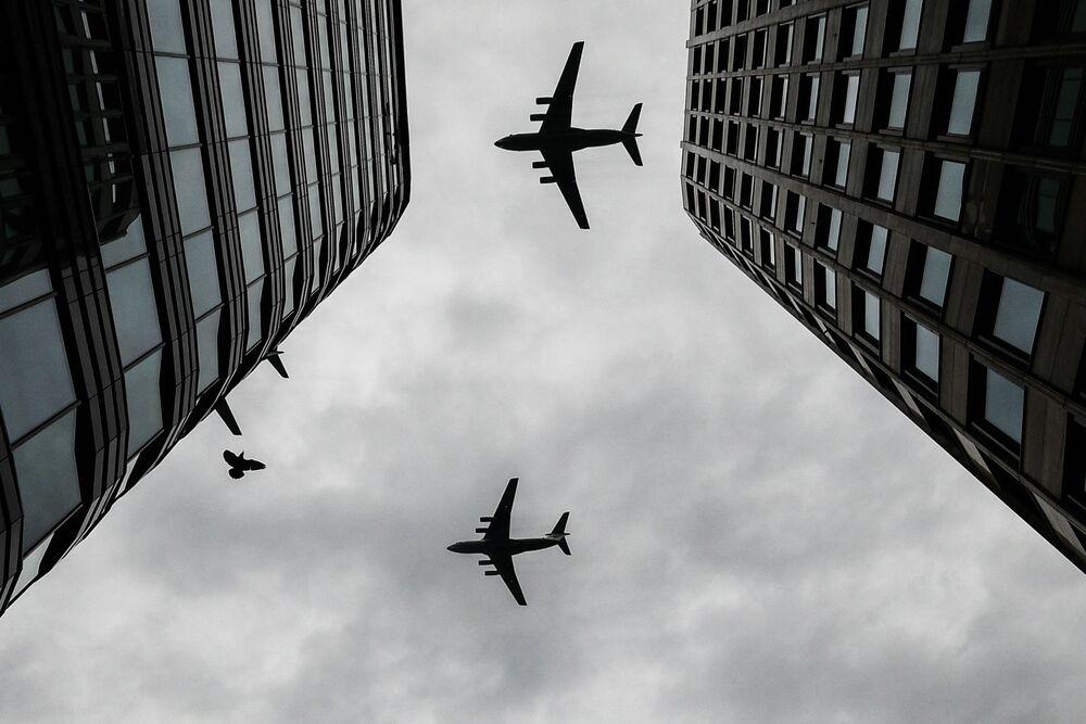 طائرات النقل العسكري إيل-67 الثقيلة، خلال بروفة الجزء الجوي من العرض العسكري ي في موسكو، بمناسبة إحياء الذكرى الـ75 لعيد النصر على ألمانيا النازية في الحرب الوطنية العظمى (1941-1945)
