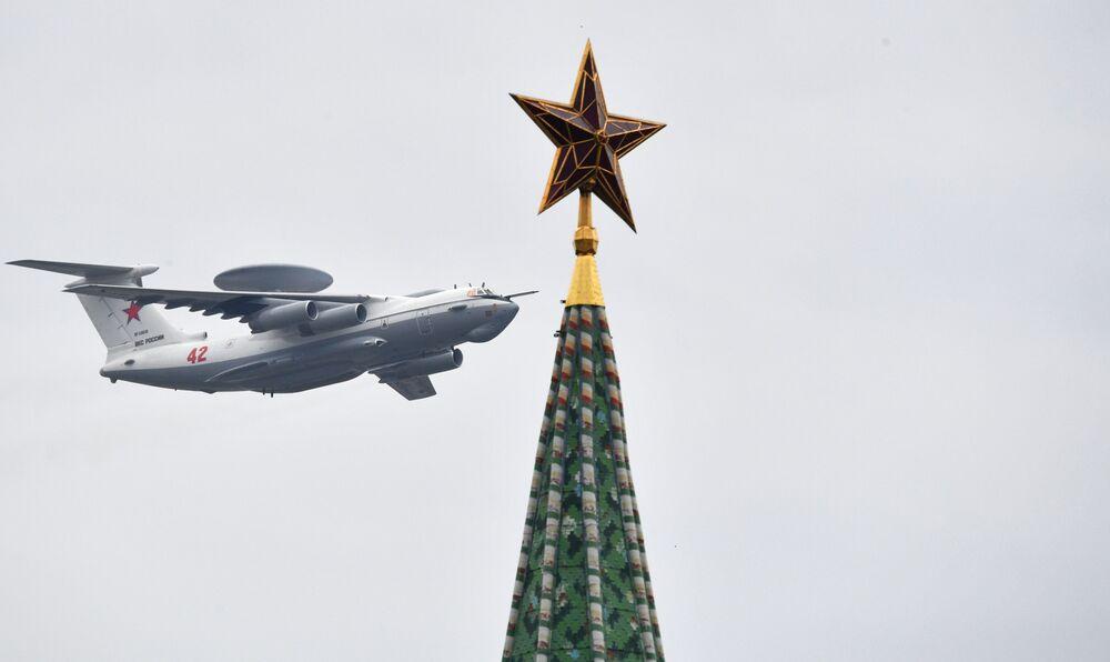 طائرة أ-50أو للإنذار المبكر، خلال بروفة الجزء الجوي من العرض العسكري ي في موسكو، بمناسبة إحياء الذكرى الـ75 لعيد النصر على ألمانيا النازية في الحرب الوطنية العظمى (1941-1945)