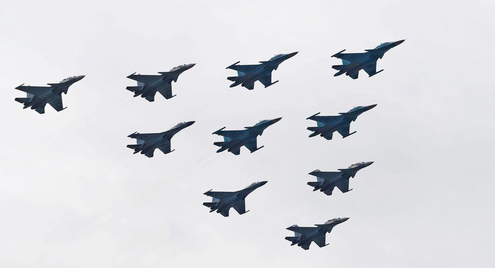 سرب الجناح التكتيكي من مقاتلات سو-30إس إم وسو-35إس والقاذفات سو-34، خلال بروفة الجزء الجوي من العرض العسكري ي في موسكو، بمناسبة إحياء الذكرى الـ75 لعيد النصر على ألمانيا النازية في الحرب الوطنية العظمى (1941-1945)