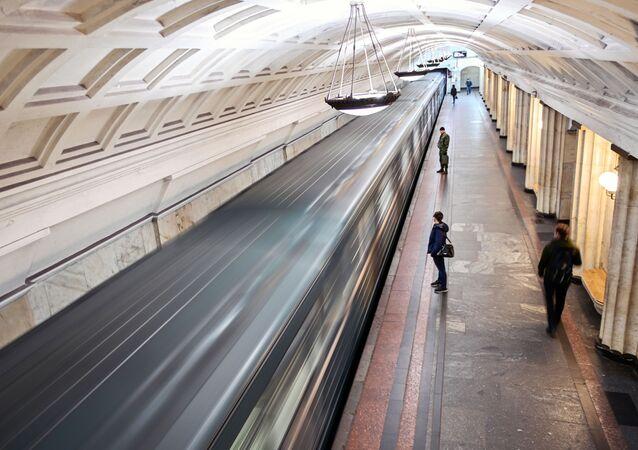 محطات مترو خلال العزل الذاتي في موسكو - أوخوتني رياد، جائحة كورونا 23 أبريل 2020