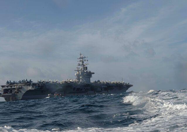 حاملة الطائرات دوايت دي. أيزنهاور التابعة للبحرية الأمريكية  أثناء تدريب عسكري في بحر العرب في 17 أبريل  2020