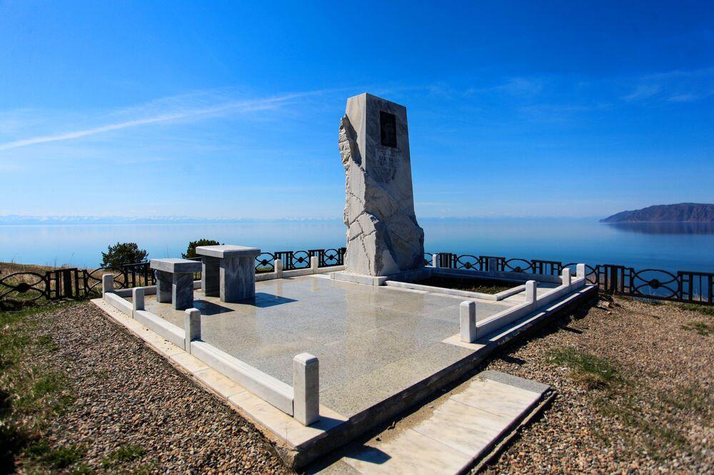 نصب تذكاري للكاتب المسرحي والكاتب النثري الروسي ألكسندر فامبيلوف على شاطئ بحيرة بايكال