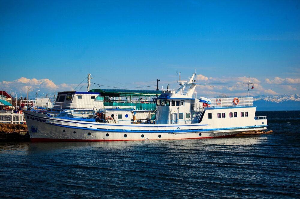 مركب سياحي على بحيرة بايكال