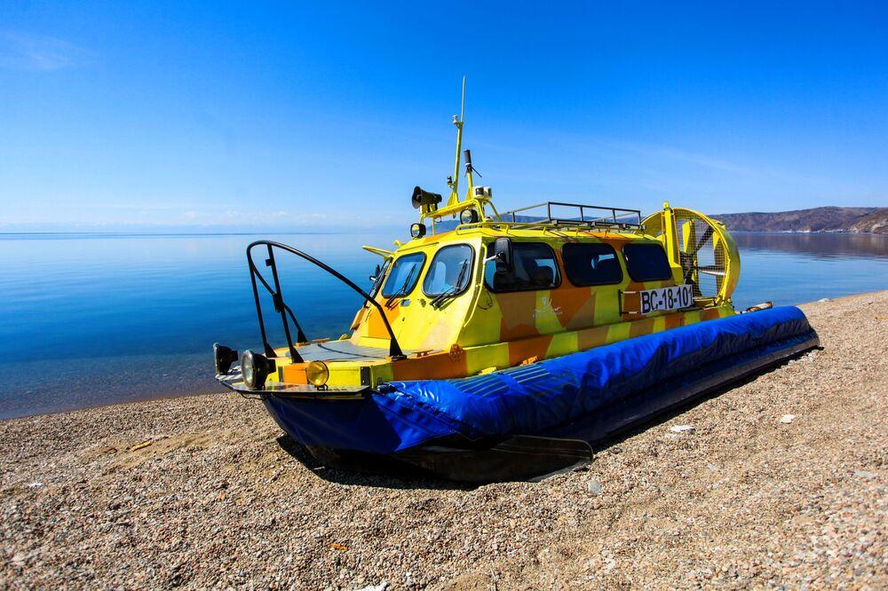 قارب على بحيرة بايكال