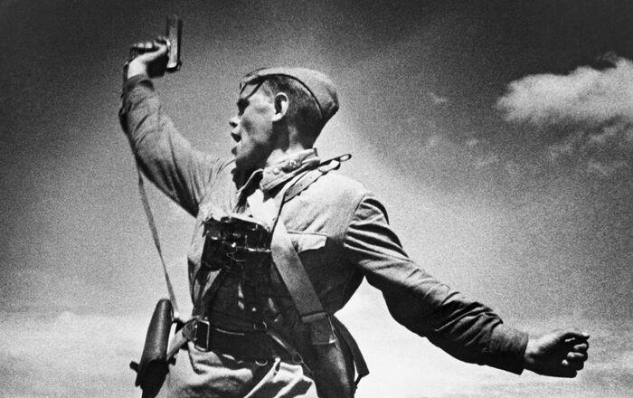 صور من أرشيف الحرب الوطنية العظمى (1941 - 1945) - صورة بعنوان كومبات للمصور ماكس ألبيرت. حلت الكتيبة رقم 220 من الفرقة المدرعة الثامنة عشرة التابعة لمجموعة الجيش رقم 18، هنا حل أليكسي يرمينكو مكان قائده الجريح ومن ثم سقط قتيلا، أثناء دعوة المقاتلين إلى هجوم ضد العدو. بلدة خوروشويه في حي سلافيانوسيربسكي في منطقة لوغانسك الأوكرانية.