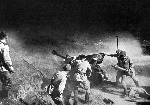 صور من أرشيف الحرب الوطنية العظمى (1941 - 1945) - المدفعية تطلق النار على العدو، شمال القوقاز