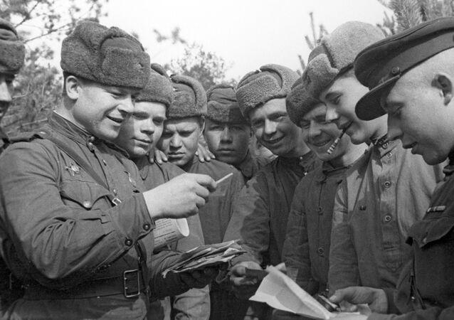 صور من أرشيف الحرب الوطنية العظمى (1941 - 1945) - الجنود السوفييت أثناء استلام البريد، الجبهة البيلاروسية الثانية، عام 1944