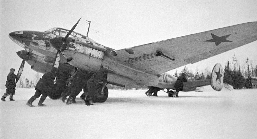 صور من أرشيف الحرب الوطنية العظمى (1941 - 1945) - الطيران الحربي البعيد المدى، تجهيزات قبل الإقلاع، مارس/ آذار 1942