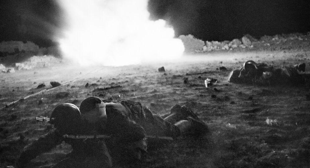 صور من أرشيف الحرب الوطنية العظمى (1941 - 1945) -  مساعدة الجنود الجرحى، جبهة القرم، 26 أبريل/ نيسان عام 1942