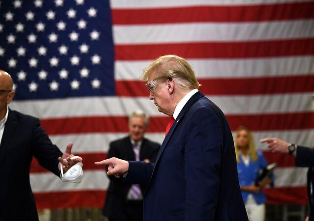 ترامب في زيارة لمصنع للأقنعة الطبية