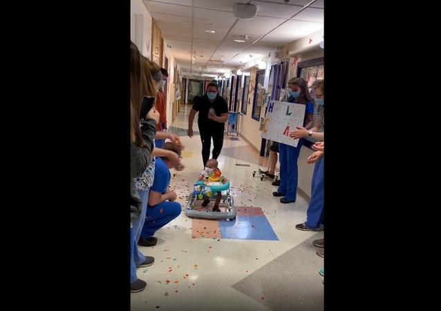 مستشفى يحتفل بطفل عمره 10 أشهر أكمل العلاج الكيميائي... فيديو