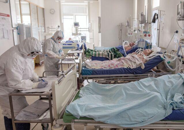 المرضى والعاملين الطبيين في مستشفى لعلاج فيروس كورونا بموسكو