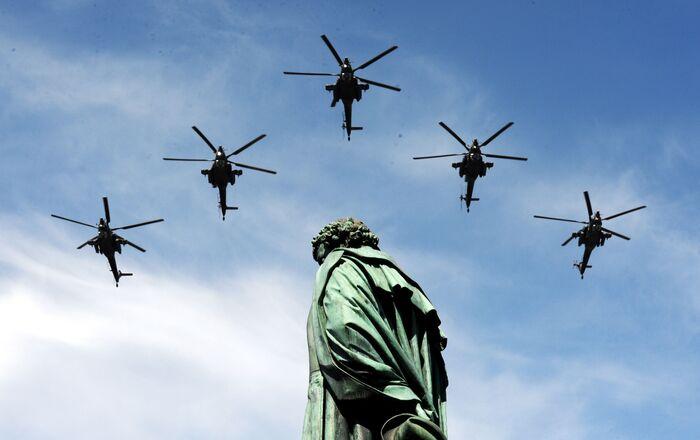 أفضل صور العرض العكسري بمناسبة عيد النصر على مدار السنين في روسيا - مروحيات هجومية مي-28إن (الصياد الليلي) في الذكرى الـ70  لعيد النصر في الحرب الوطنية العظمى ضد ألمانيا النازية (1941-1945)
