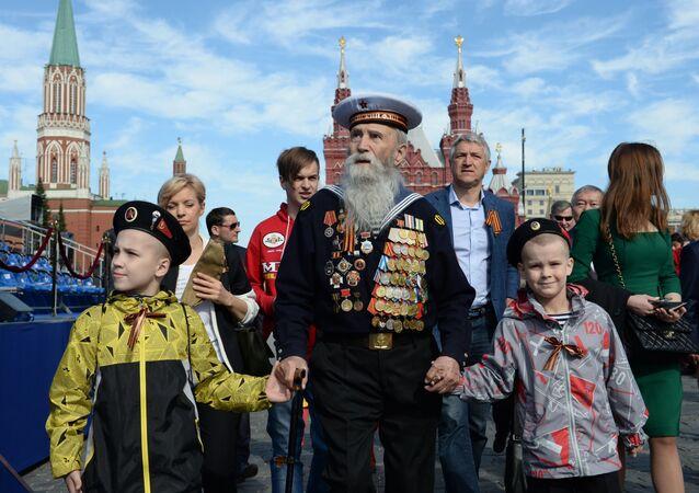 أفضل صور العرض العكسري بمناسبة عيد النصر على مدار السنين في روسيا -  المحاربون القدامى مع أحفادهم في الذكرى الـ70  لعيد النصر في الحرب الوطنية العظمى ضد ألمانيا النازية (1941-1945)