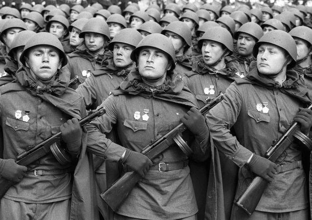 أفضل صور العرض العكسري بمناسبة عيد النصر على مدار السنين في روسيا - الجنود السوفيت خلال العرض العسكري على الساحة الحمراء في الذكرى الـ40  لعيد النصر في الحرب الوطنية العظمى ضد ألمانيا النازية (1941-1945)