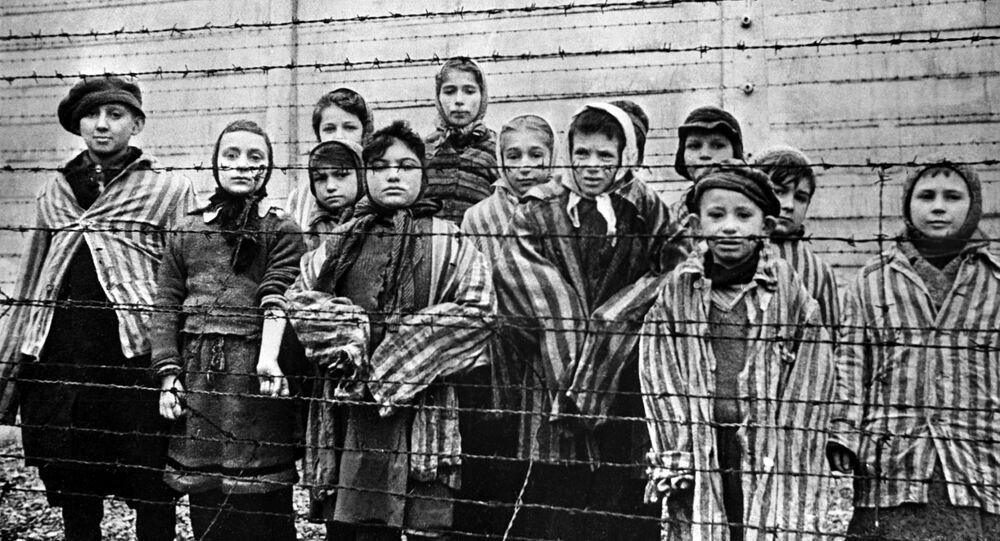 أطفال في معسكر الاعتقال النازي عام 1945