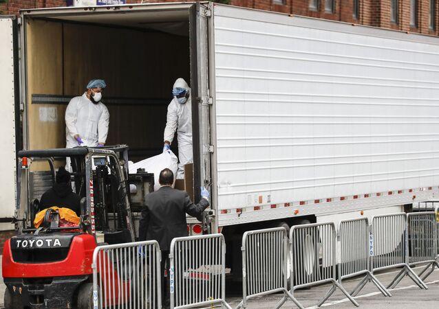 شاحنات التبريد لوضع ضحايا كورونا في نيويورك