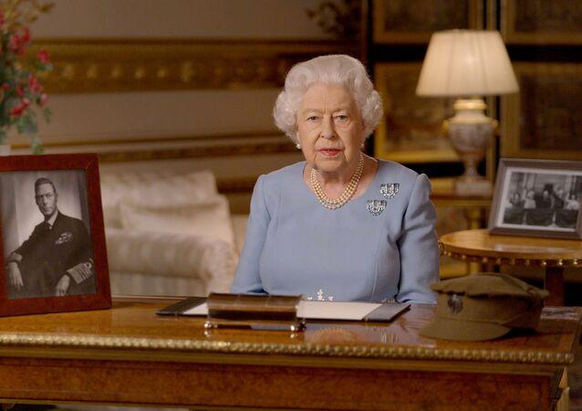 ملكة بريطانيا إليزابيث الثانية خلال إلقاء خطابها في ذكرى النصر الـ75، 8 مايو/ أيار 2020، بريطانيا، قلعة وندسور