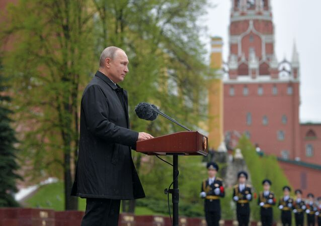 الرئيس فلاديمير بوتين يضع أكاليل الزهور على ضريح الجندي المجهول في حديقة ألكسندر ويلقي يهنئ الشعب الروسي بعيد النصر، موسكو 9 مايو 2020