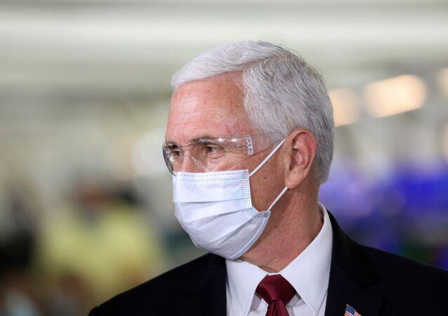 نائب الرئيس الأمريكي مايك بنس يخضع للعزل بعد إصابة أحد مساعديه بكورونا