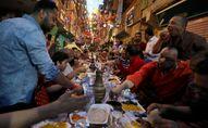 مصريون يتناولون وجبة الإفطار خلال شهر رمضان