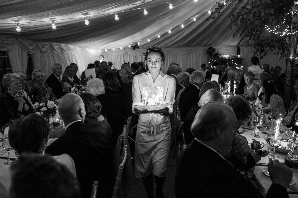 الصورة بعنوان مجرد تحلية، للمصور البريطاني توماس ألكسندر، الفائز في فئة طعام زفاف شمبانيا تايتنجر في مسابقة Pink Lady® لأفضل مصور الطعام لعام 2020
