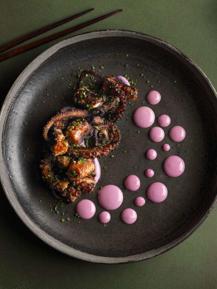 الصورة بعنوان نقاط الأخطبوط، للمصورة البريطانية نيكول هيرفت، الفائزة في فئة جائزة مصمم الأغذاية في مسابقة Pink Lady® لأفضل مصور الطعام لعام 2020