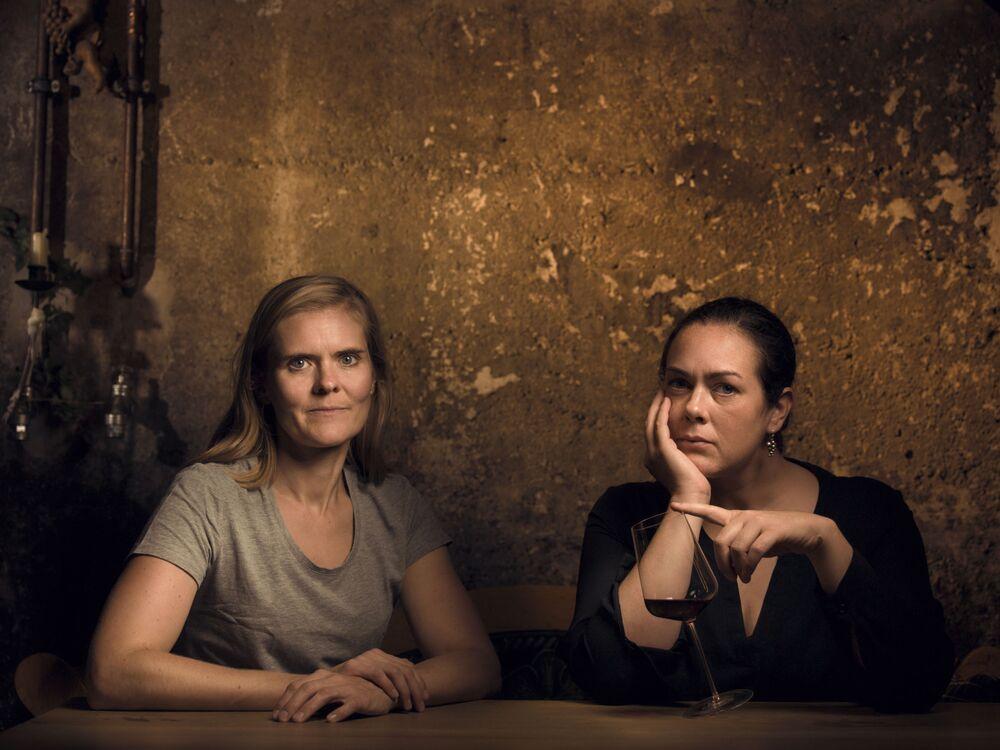 الصورة بعنوان مايكي و دورتيه ناكل (الامرأتان)، للمصورة الألماني ديفيد واينمانت، الفائز في فئة نبيذ رازوريز في مسابقة Pink Lady® لأفضل مصور الطعام لعام 2020