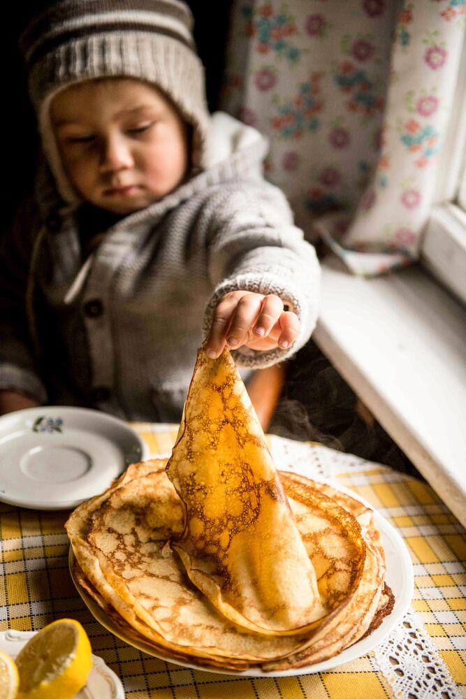 الصورة بعنوان أوليك يأكل الفطائر، للمصورة البولندية آنا وداراكزيك، الفائزة في فئة طعام للعائلة من مسابقة Pink Lady® لأفضل مصور الطعام لعام 2020