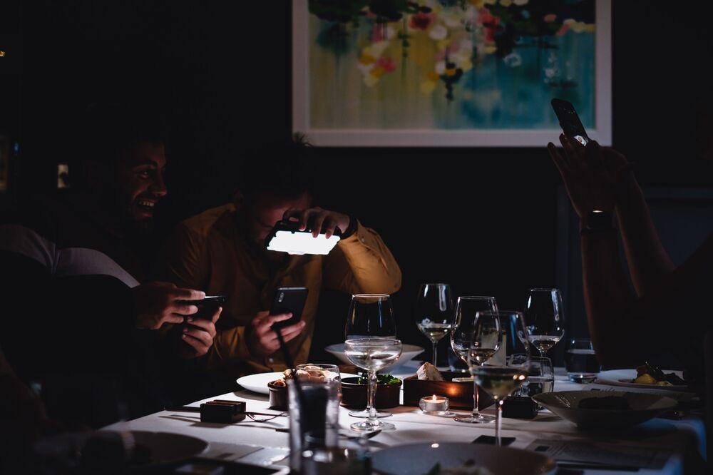 الصورة بعنوان يبدو أجمل من الأكل (ليس بعد)، للمصورة البريطانية ساندي وود، الفائزة في فئة طعام من مختلف القارات على طاولة من مسابقة Pink Lady® لأفضل مصور الطعام لعام 2020