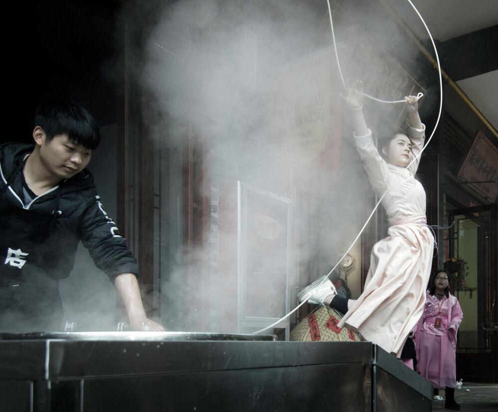 الصورة بعنوان Ramen Art، للمصور الصيني تشيوبينغ ديو ، الفائز في فئة أكل الشارع من مسابقة Pink Lady® لأفضل مصور الطعام لعام 2020